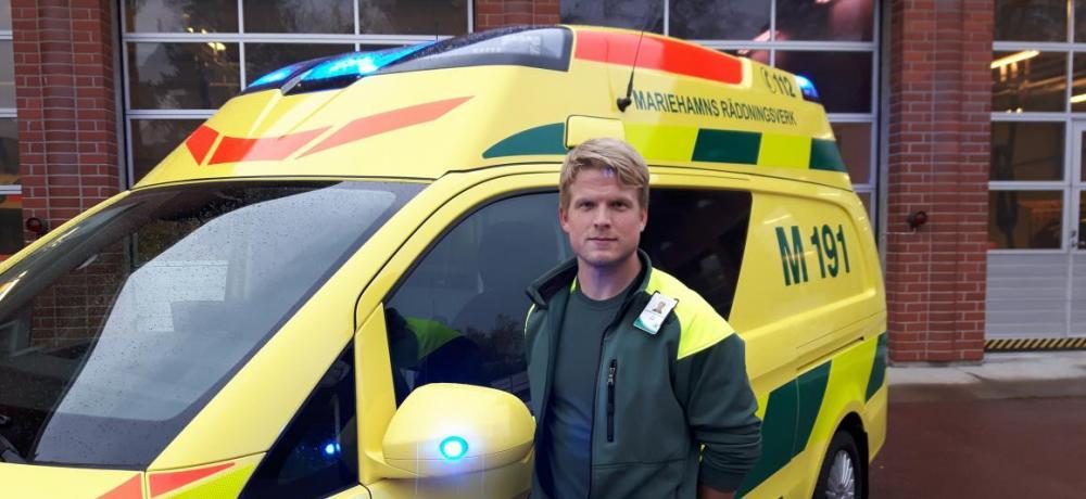 Fältchef Tom Göstas bredvid ambulans M191